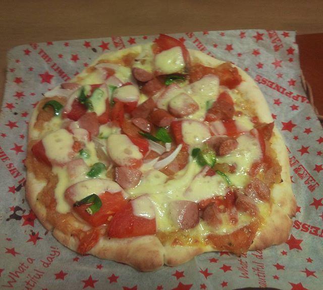 大玉トマトを使ったピザの完成。お腹いっぱいです。しかしピザを作るのもなかなか難しいですね。綺麗な形に作れません。いつか職人レベルのピザを作れるようになりたいものです。