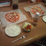 昼ごはんに畑で取れたトマトとピーマンを使ってピザを作りました。