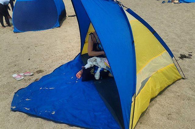 もう7年近くになる折りたたみ式のテントです。毎年使っていますが、割りと簡単に組み立てることができて重宝しています。これで直射日光から避けることが出来ますので非常に重要です(๑•̀ㅂ•́)و✧もっとも前回は足がはみでていてエライ目に逢いましたが。