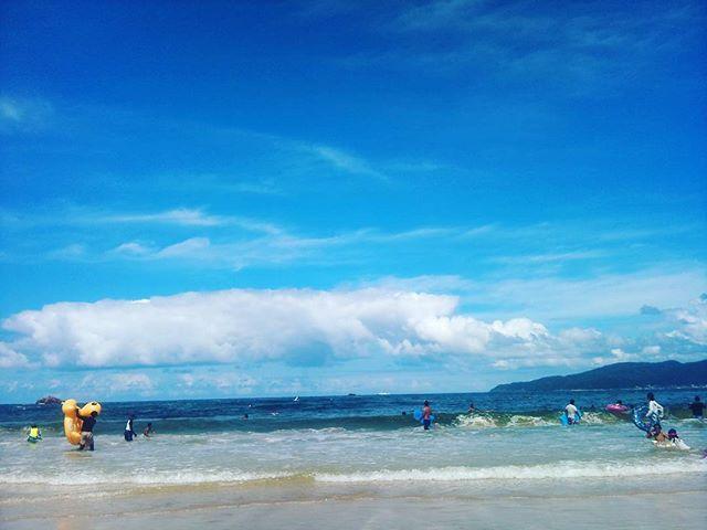 青い空に綺麗な空気、美しい海。日本海に遊びに来ています。旅館も予約しているのであとは海で遊ぶだけ!の、はずだったのですがなにか手違いがあったらしく部屋が確保出来ていなかったらしいです。衝撃の事実。今更帰ることもできず急遽宿無しになってしまうのでしょうか?#なんとかなりました