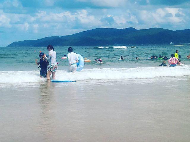 エメラルドグリーンとは言いませんが、非常に綺麗な海!そして気温がなぜか30度弱と涼しいです。同じ近畿なのにこれいかに??波が強く、浮き輪を使っての波乗りを散々楽しみました。
