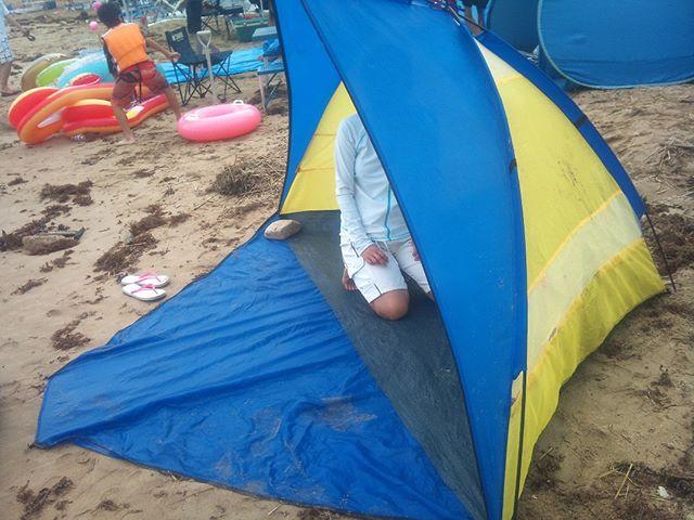波は凄まじいですが、兎にも角にもテントを張って陣地確保です。日除けにもなりますし、このテントは長年使っていますがかなり便利です。組み立ても割と簡単で価格もリーズナブル