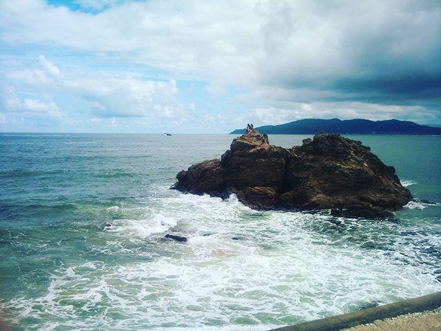 真ん中に写っている写真は小さな洞窟になっています。今日は波が強く諦めましたが、上まで登るとなかなかいい景色を楽しめるのです