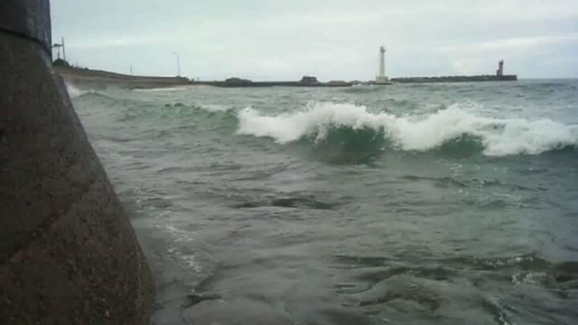 本日午前中の海にて。はて? ここは海水浴場のはずなのですが?津波のような波が押し寄せてえらいことになっておりますよ