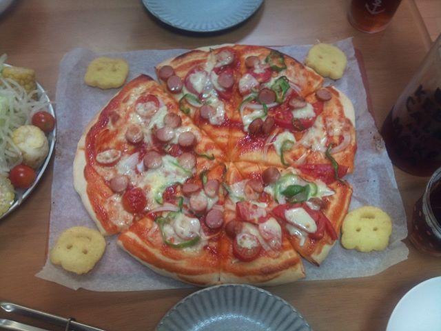 自宅で採れたトマトとピーマンを使ってピザを作りました。2枚分で多めに作りましたがちょうど適量だったようです。無事完食しました(^^) しかしピザを作るのも結構難しいものです。職人のように上手に作りたいと思いつつ、なかなか上達しません。