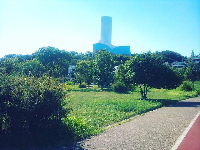 こちらは西代にある公園です。ここには腹筋台やランニングコースなど軽く運動できるものはあり、仕事中でなかったらしばらく運動したいところです。