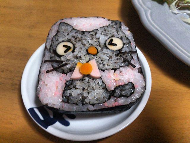 奥さんが本日新長田にあるKCCのカルチャースクールで習得した飾り巻き寿司です。なにを作るか秘密だったので、帰るまで楽しみにしていたところ、かわいい晩ごはんを食べることになりました。