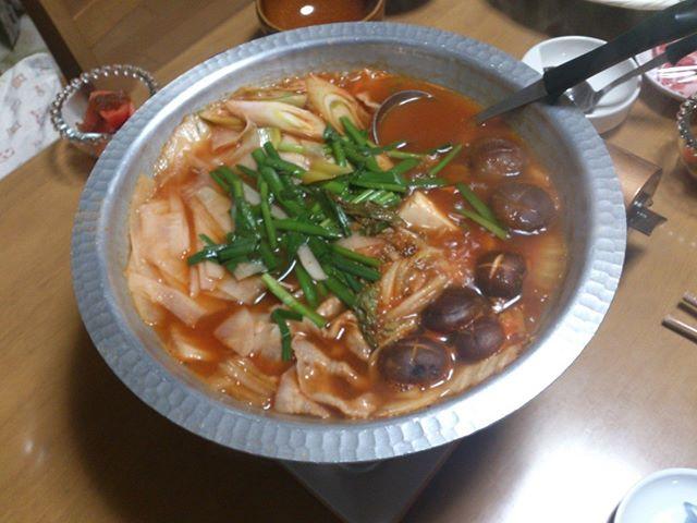 寒くなってきたので、今日からついに鍋を始めました。まずはキムチ鍋。辛いぜ#鍋はじめました