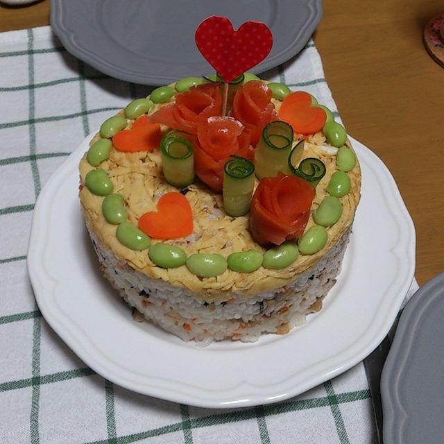 我が家は本日結婚記念日です。無事八年目を迎えることになりました。写真は奥さんが作ってくれたケーキ、もといご飯です。疲れた体が癒やされます