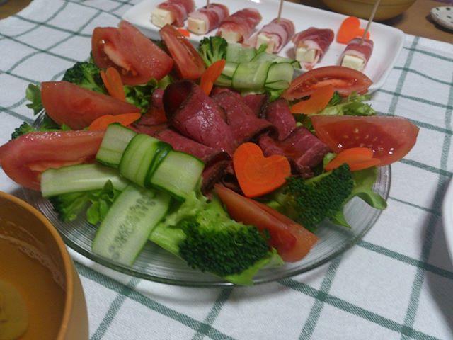 こちらはローストビーフ&サラダ。美味しかったですよ( ̄ー ̄)ニヤリ