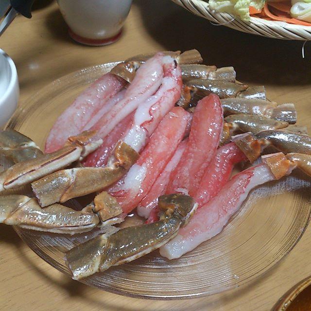 父上のお土産にカニをいただきました。鳥取に行ってたんだそうです。生でも食べられるらしいので、最初は軽く生で食べその後はしゃぶしゃぶにして食べました。なかなか美味なり。これからは鍋が美味しくなる季節ですね