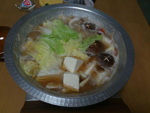 こちらがブリ投入前のお鍋です。野菜をたっぷりと、そしてビールは欠かせない(^^)