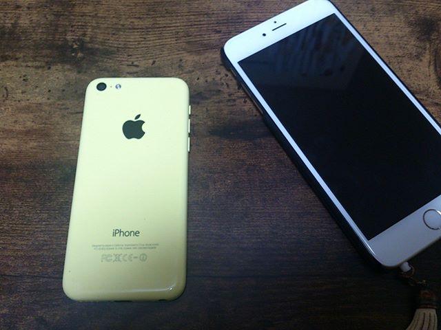 仕事でiPhoneの中古端末を購入することに。私が使うわけではありませんが、初期設定などをするので持ち帰りました。奥様の6PLUSにくらべると小さいですが、意外と快適な操作性。結構いいな。価格は1万円也