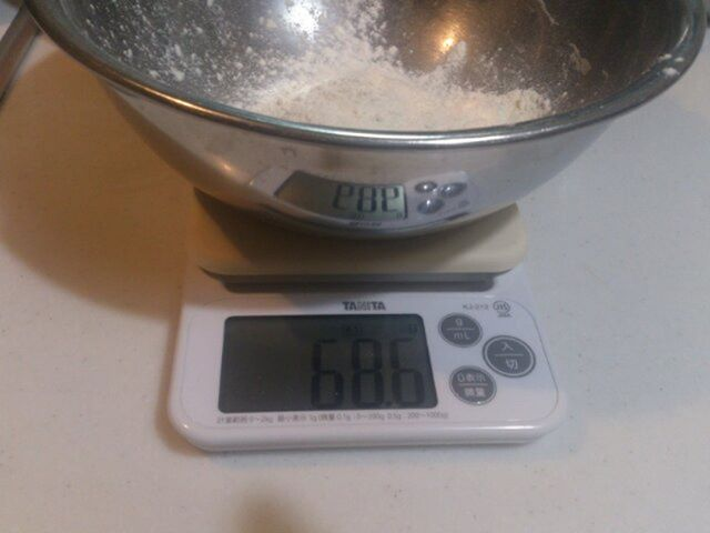 ピザの粉を測っている風景です。キッチン用のはかりが壊れたためいつのまにかタニタさんの測りに変わっていました。0.1G単位で計量をすることができるので非常に精度が良くグッドです! タニタさんありがとう#タニタの図り #タニタ