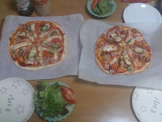 本日のお昼はピザなり。奥様が作ってくれました。生地をこねるのは私がやりましたよ。お腹いっぱいです