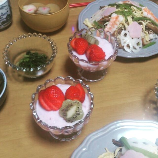夜ごはんではお寿司と桃のチューハイ、スイーツを楽しみました。ごちそうさまです(๑•̀ㅂ•́)و✧