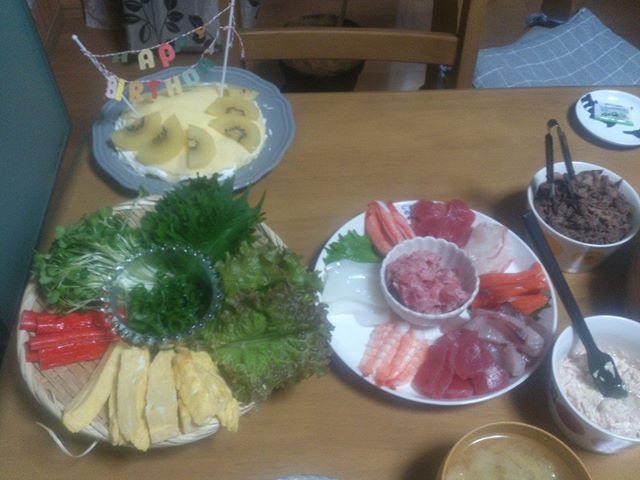 誕生祝いに手巻き寿司をいただきました。もうお腹いっぱいだ。美味しかった!