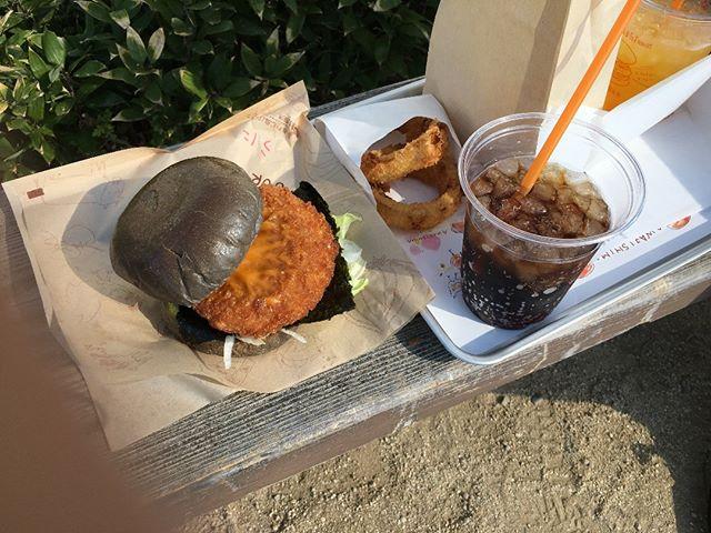 淡路島にプチ旅行で来ています。こちらはウニバーガーだそうな。なかなか美味なり