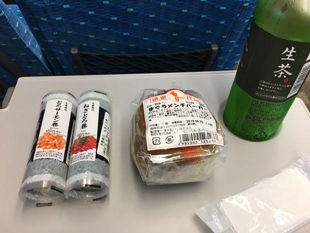 静岡と名古屋に出張中です。静岡から名古屋へ移動の道中にて。まぐろバーガーだそうなたまにはこんな個性派も楽しみだ#静岡 #名古屋